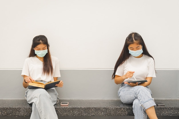 캠퍼스에서 공부하는 보호용 안면 마스크를 쓴 아시아 대학생들
