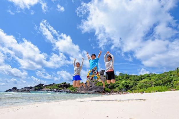아시아 커플과 가족 십대 여행은 여름에 푸른 하늘에 있는 안다만 바다 구름에서 즐겁고 행복한 휴가를 보내고, holiday to sea asia 여행, mu ko similan island, phuket, thailand