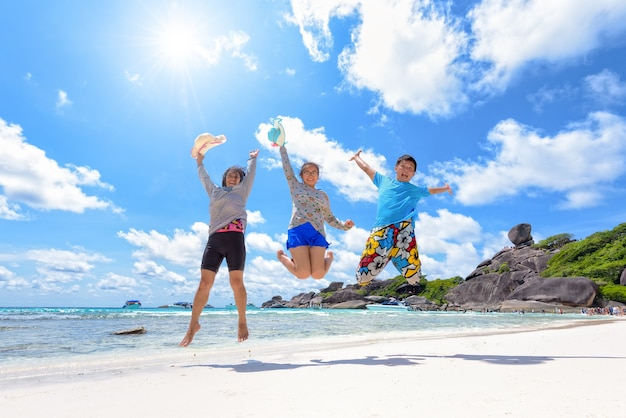 아시아 커플과 가족 십대 여행은 여름에 안다만 바다의 태양과 구름이 푸른 하늘에서 즐겁고 행복한 휴가를 보내고, holiday to sea asia 여행 시밀란 아일랜드 푸켓, 태국