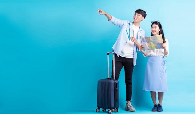 아시아 커플이 함께 여행하고 있다