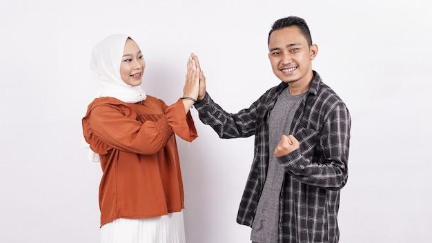 Азиатская пара five hands приветствие белое пространство