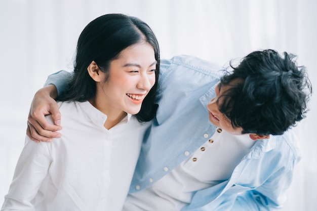 행복 하 게 서로 껴 안은 아시아 부부