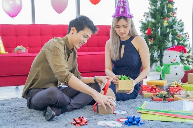 パーティーハウスでアジアのカップル
