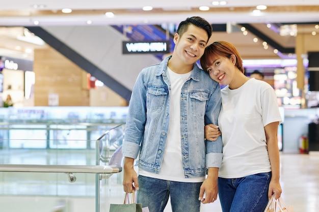 ショッピングモールでアジアカップル