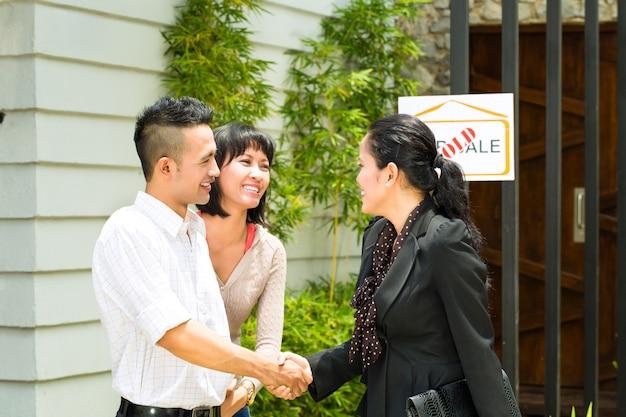 Азиатская пара ищет недвижимость