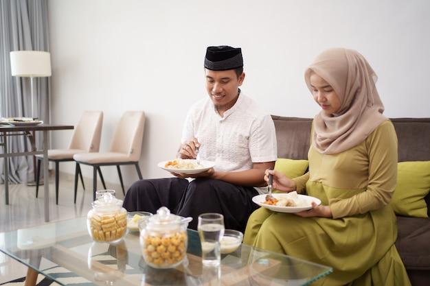 アジアのカップルのイスラム教徒が断食