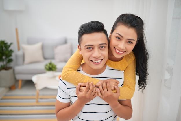 Азиатская пара на контрейлерных скачках в помещении