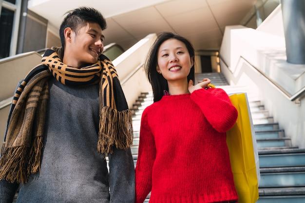 Азиатская пара, покупки в торговом центре.