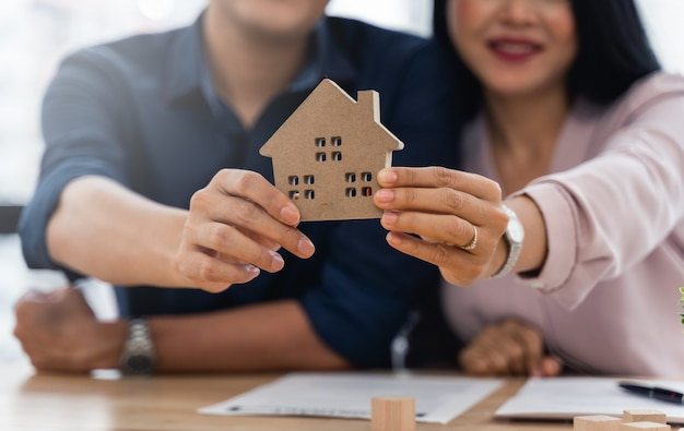 Азиатская пара демонстрирует свою новую модель дома после того, как они закончили свой домашний контракт
