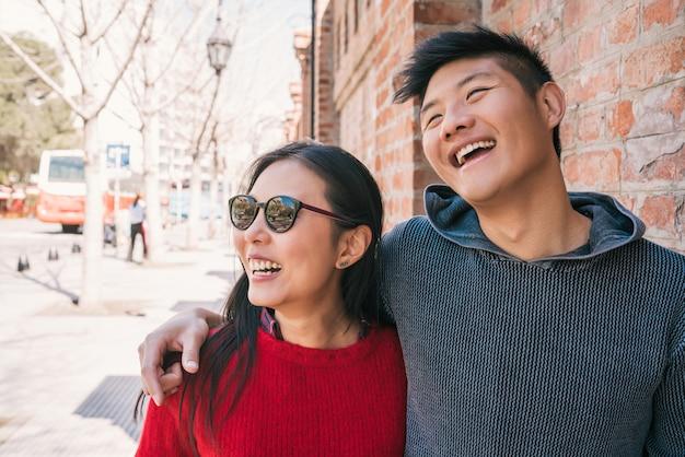 Азиатская пара прогулки по городу.