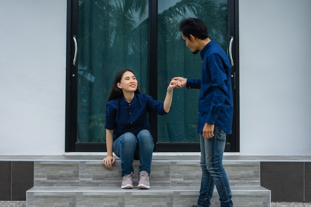 手をつないで自宅で結婚式のアジアのカップル