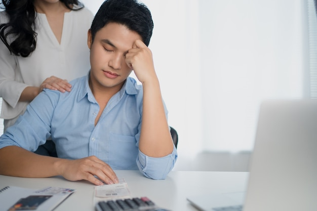 아시아인 커플들은 월수입에 스트레스를 받고 있습니다.