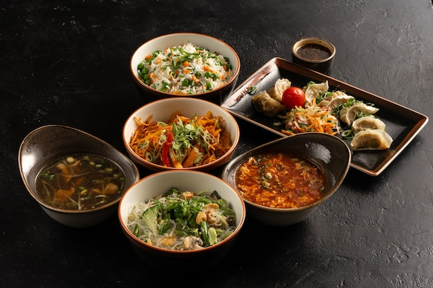 세련 된 검은 콘크리트 식탁에 아시아 요리.