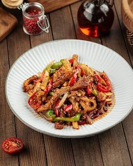 Жареное мясо с перцем азиатской кухни
