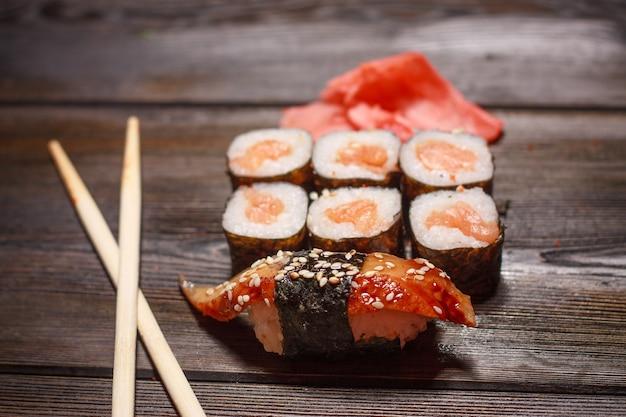 Азиатская кухня суши роллы деревянные палочки васаби имбирь морепродукты