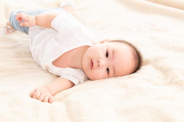 아시아 귀여운 사랑스러운 아기 건강한 소년 좋은 분위기 웃고 웃는 웃음 카메라 또는 어머니, 아기 유아, 유아 어린 시절 부드러운 피부 행복한 얼굴 표정으로 노는 침실 전복에 누워