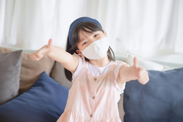 Азиатская милая девушка в гигиенической маске для предотвращения коронавируса или covid19