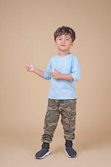 指のジェスチャーで興奮しているアジアのかわいいハンサムな小さな男子生徒の子供