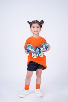 Азиатская милая маленькая девочка с прекрасным выражением лица держит фонарь фестиваля луны