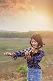 바이올린과 아시아 귀여운 소녀