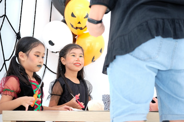 아시아 귀여운 소녀는주의를 기울이고 앉아있다