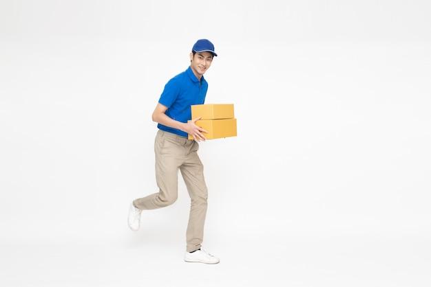 흰색 배경에 고립 된 패키지 소포 상자를 들고 아시아 배달원