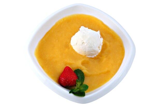マンゴーピューレ、イチゴと白いアイスクリーム、レストランの料理、白い背景で隔離のアジアのデザートボウル。