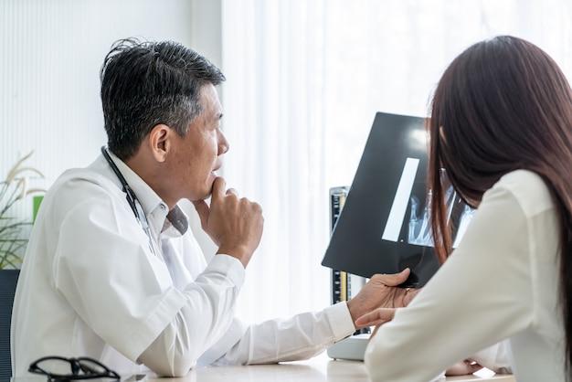Азиатский доктор и пациент обсуждают
