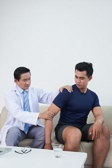 클리닉에서 환자를 검사하는 아시아 의사