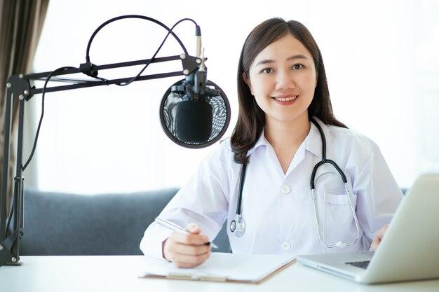 그녀의 환자, 원격 의료 서비스 개념과 온라인 화상 회의를 하는 아시아 의사. 약을 만드는 여성 의사는 온라인 팟캐스트를 통해 조언합니다.