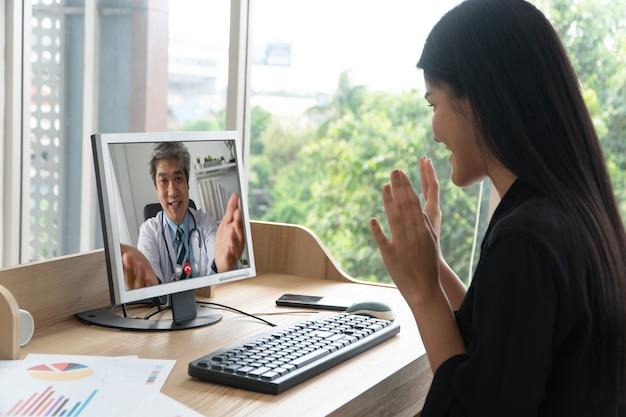 アジアの医師またはセラピストは、ストレスを和らげ、オフィス症候群についての知識と理解を提供するのに役立ちます