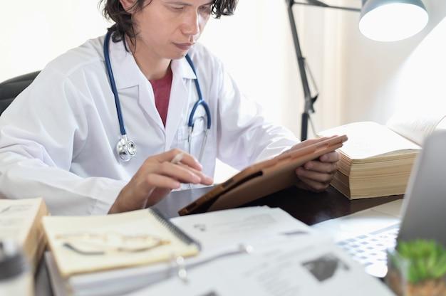 オンラインの知識を読んで研究しているアジアの医師