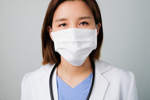 Азиатские доктора носят медицинскую маску, чтобы защитить и бороться с инфекцией от микробов, бактерий, covid19, короны, sars, вируса гриппа.