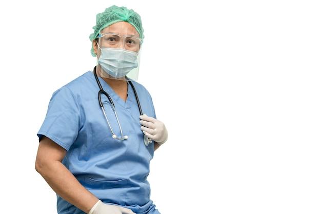 フェイスシールドとppeを身に着けているアジアの医師は、患者がコロナウイルスを保護することを確認するために新しい通常のスーツを着ています