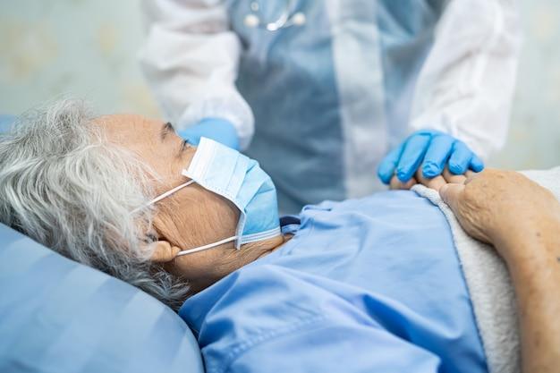 Covid-19コロナウイルスを保護するためにppeスーツを着ているアジアの医師。