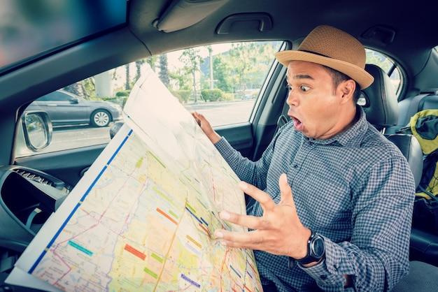 地図を読むアジアのドライバー