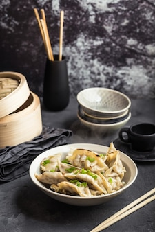 젓가락과 대나무 기선 그릇에 아시아 만두