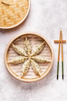 アジア餃子、醤油、箸、上面図