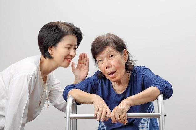 アジアの年配の女性難聴、難聴、しかし幸福は良いニュース