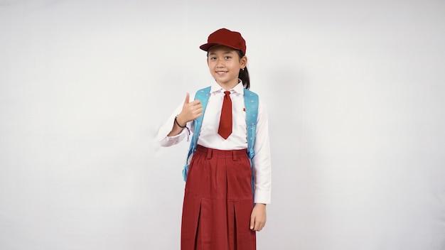 白い背景で隔離に行く準備ができてアジアの小学生の女の子