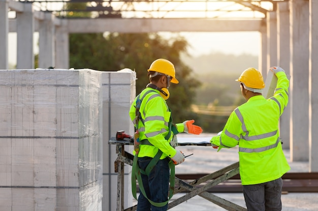 아시아 엔지니어와 노동자는 건설 계획 및 개발, 건설 팀 작업의 개념을 위해 함께 협의했습니다.