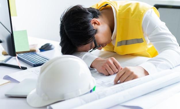 Азиатские инженеры устали от рабочего напряжения