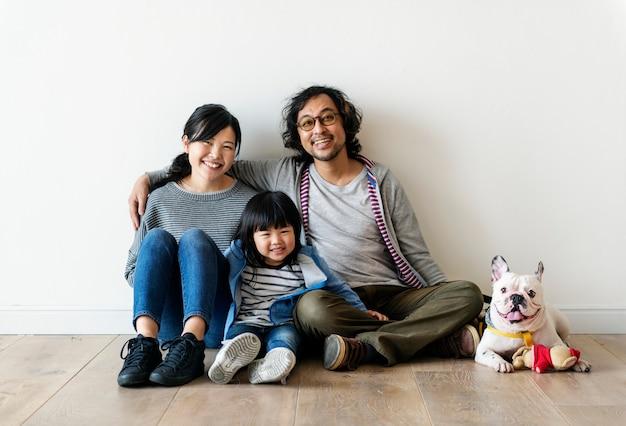 アジアの家族が新しい家を買う