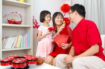 Азиатская семья празднует китайский Новый год
