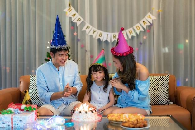 Азиатская семья празднует день рождения