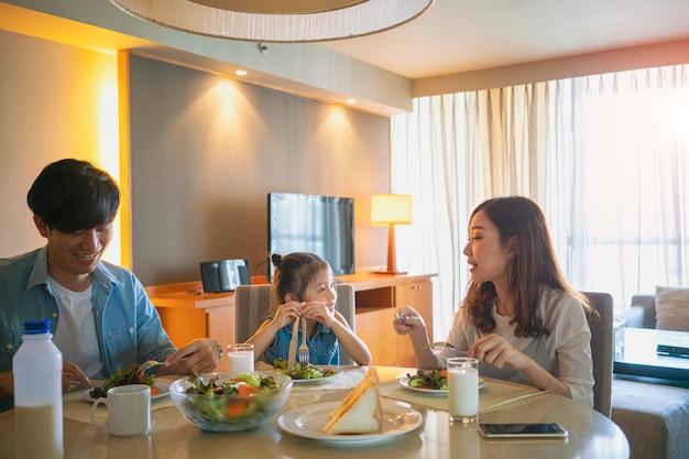 행복 느낌, 자신의 집 달콤한 집에서 함께 아침을 먹는 아시아 가족, 아시아 행복한 가족 개념