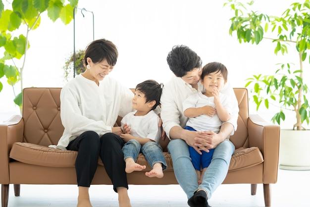 ソファで戯れるアジアの家族