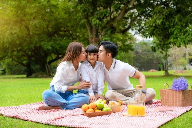 Азиатская семья на пикнике в парке