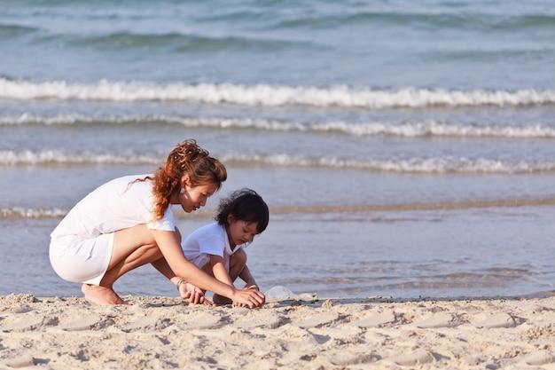 Азиатская семья на тропическом пляже