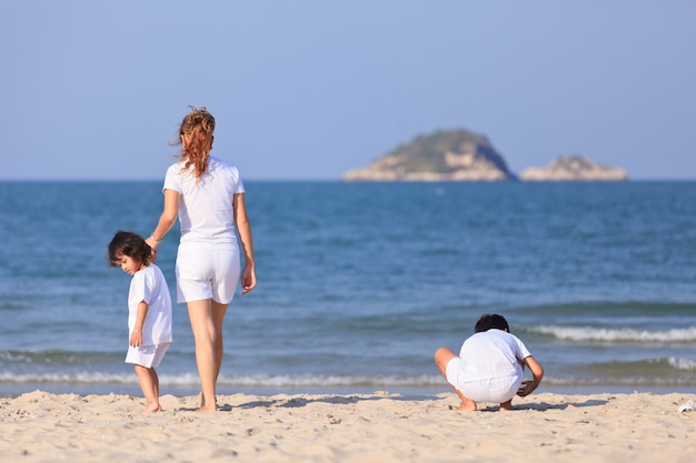 Азиатская семейная игра на тропическом пляже
